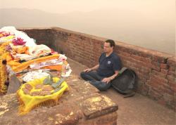 Meditation auf dem Geierhügel in Rajgir